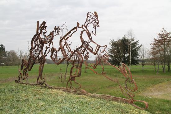 Chaon, Francia: Sculpture d'entrée Maison du Braconnage