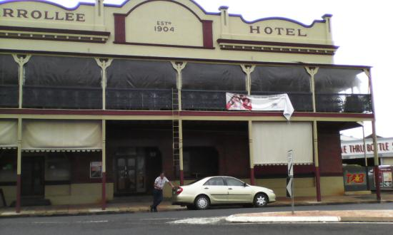 Kingaroy, Australia: Hotel - 1904. Blinds down due to wet weather. Great ozzie Pub.