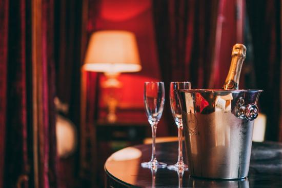 11 Cadogan Gardens: Champagne in the room
