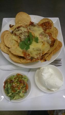 Flinders, Australia: Nachos - generous.  Hot x buns, warm, toasted and real butter,  yum!