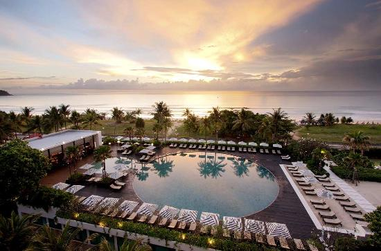 Hilton Phuket Arcadia Resort & Spa: Ocean Beach Club at Sunset
