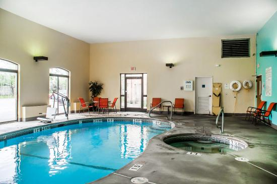 Comfort Suites Buffalo: Pool