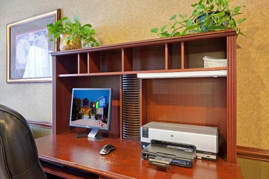 Holiday Inn Express Hotel & Suites South Portland: Business Center