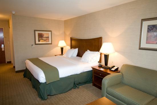 Urbana, IL: Guest Room