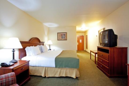 Rocky Mount, VA: King Bed Guest Room