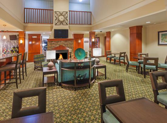 Staybridge Suites Austin-Round Rock: Sit down to a good meal while watching TV in our Great Room