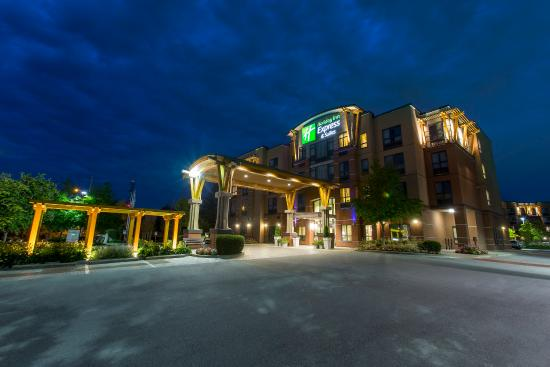 Holiday Inn Express Hotel & Suites Riverport: Exterior Of The Hotel In The Evening