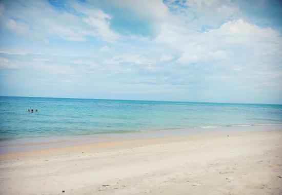Samaya Bura: пляж немного дальше от отеля