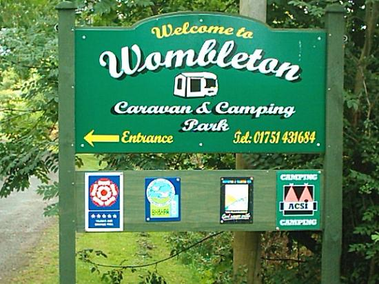 Wombleton, UK: Entrance Sign Post
