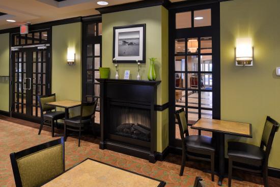 Holiday Inn Express Hotel & Suites Halifax Airport: Breakfast Bar