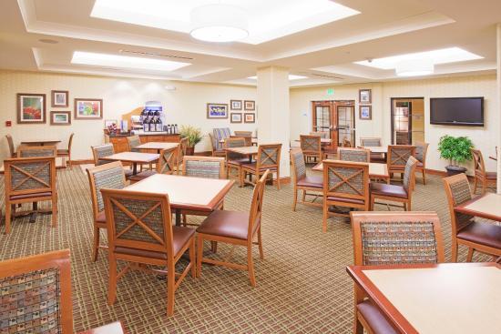 Holiday Inn Express Denver Airport: Breakfast Bar