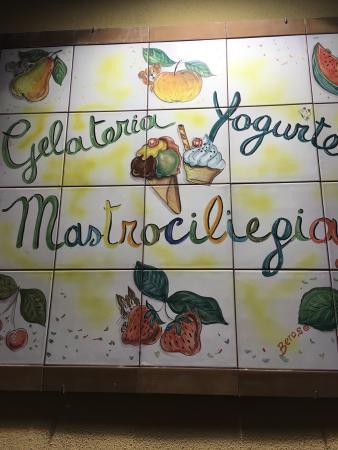 Mastrociliegia: Signage