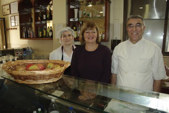 A Grega : Les patrons et une serveuse