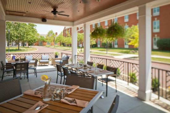 Nationwide Hotel and Conference Center: Dining in relaxing outdoor spaces.