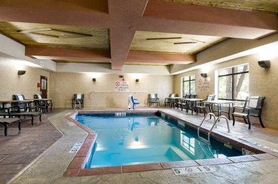 Comfort Suites Topeka: Pool