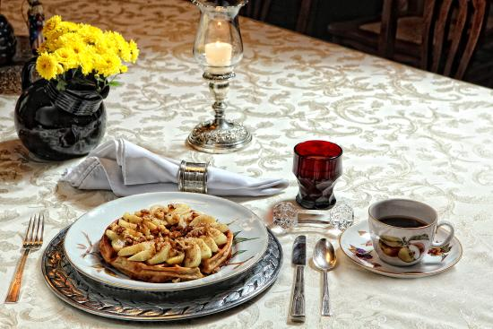 The Queen - A Victorian Bed and Breakfast : Waffles