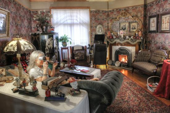 The Queen - A Victorian Bed and Breakfast : Parlor
