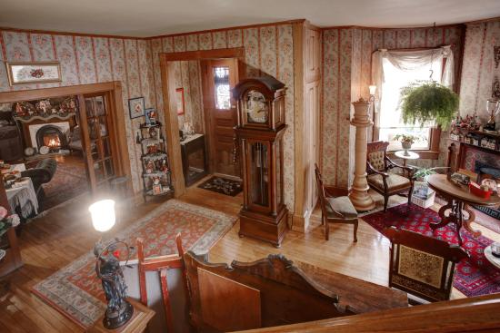 The Queen - A Victorian Bed and Breakfast: Foyer from landing on steps