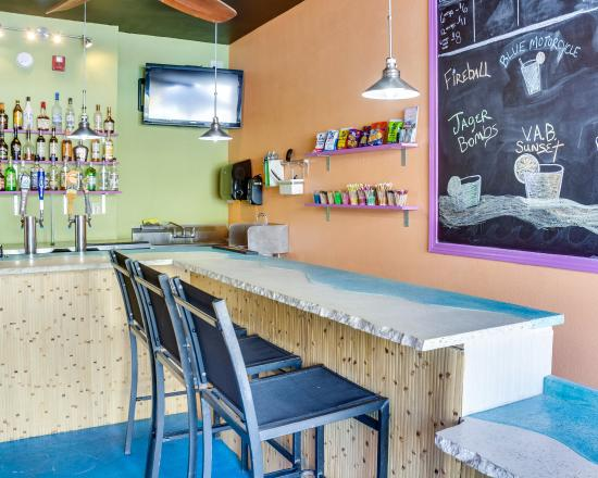 Clarion Inn & Suites Virginia Beach: Pool bar