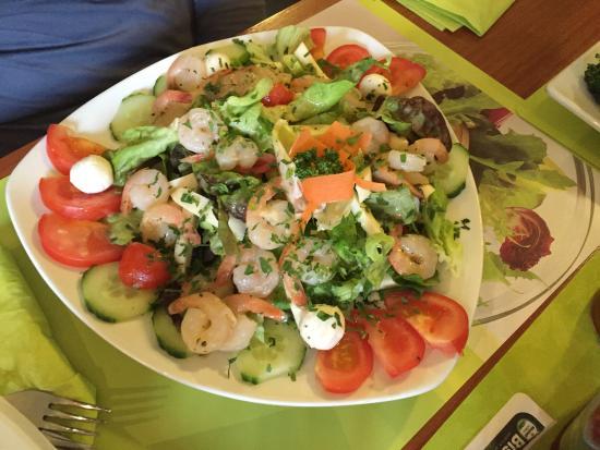 Grunstadt, Germany: Grillplatte & Salat mit Garnelen