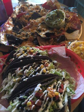 Nini's Taqueria : tacos and nachos!