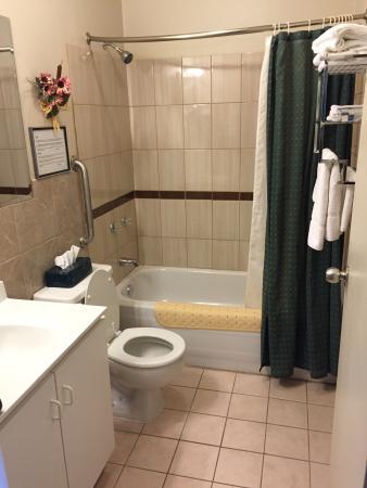 2 lits queen, petite table avec fauteuils, frigo, micro-ondes ...