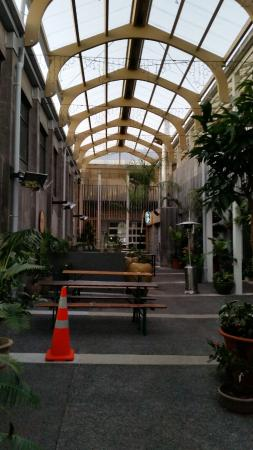 New Plymouth, Nueva Zelanda: My room was on the left, restaurant bar at the front, nice seating area for patrons