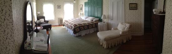 House on Chase Creek: Panoramic Picture of King Size Room. This is the room with the old-fashioned bathtub.