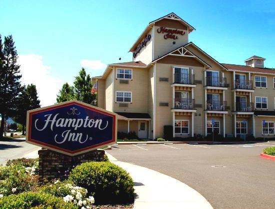 Hampton Inn Ukiah: Our Ukiah, CA Hotel's Exterior Entrance