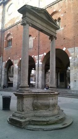 Piazza Mercanti: pozzo cinquecentesco