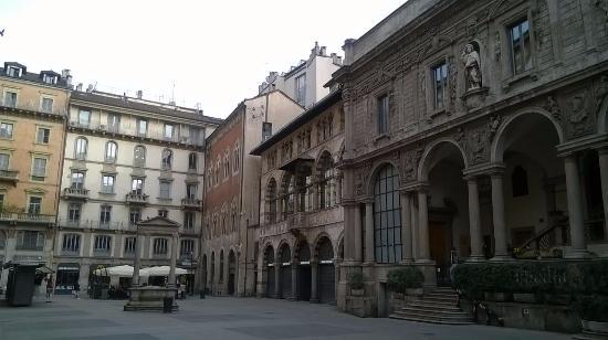 Piazza Mercanti: loggia degli Osii al centro