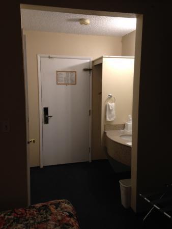 Rodeway Inn SeaTac : sink in hallway/room