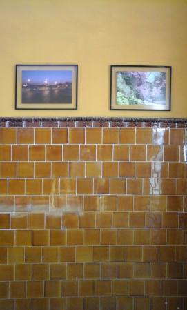 um de muitos quadros com fotos demostram área museu.