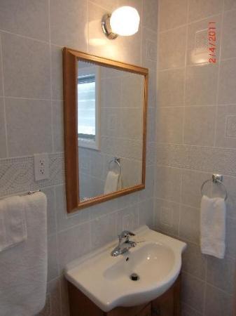 Twin Oaks Motel: New Bathrooms