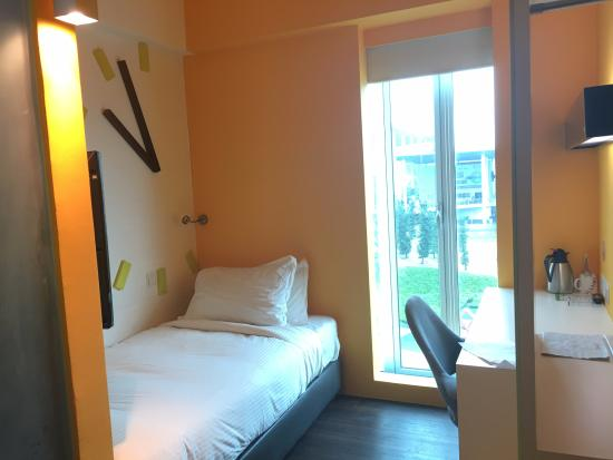 Ruemz Hotel: Thi room feels sincerely thinking the questions if this room no anymore how can i live anymore