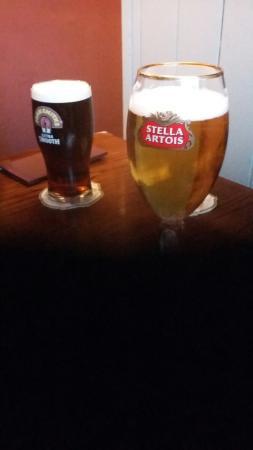 Queens Head Hotel: Relaxing drink before dinner...