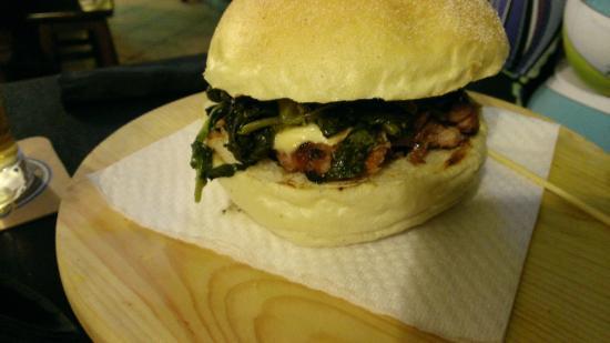 Highland Pub: Panino salsiccia frierielli e provola