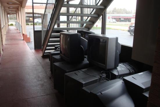 Americas Best Value Inn Barrington: dump of old TVs
