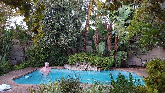 Tiana Guest House: Enjoying morning swim