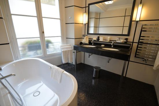 Hotel Mansart: Excellent size bathroom with everything you need.