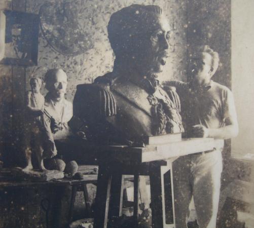 Casa Fritz Alt Museum : Fritz Alt modelando em argila o busto de Duque de Caxias - 1939
