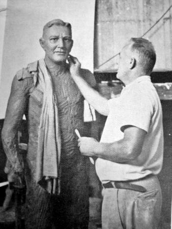 Casa Fritz Alt Museum : Fritz Alt modelando e argila a figura de João Colin.