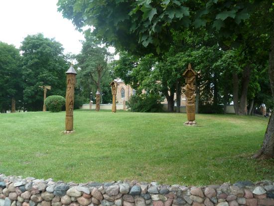 Birstonas, ليتوانيا: Деревянные скульптуры народных умельцев.