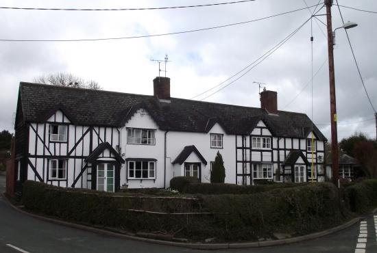Berriew, UK: Cottages opposite the Old Corner Shop