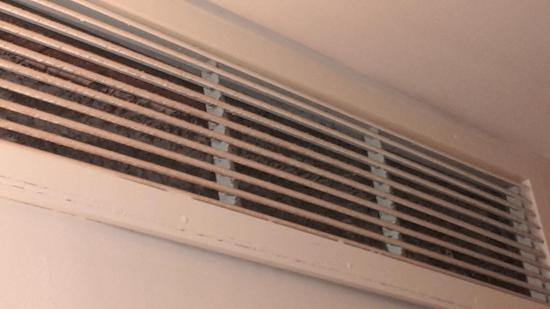 Sheraton Panama City: air-conditioning covered in mould and dust