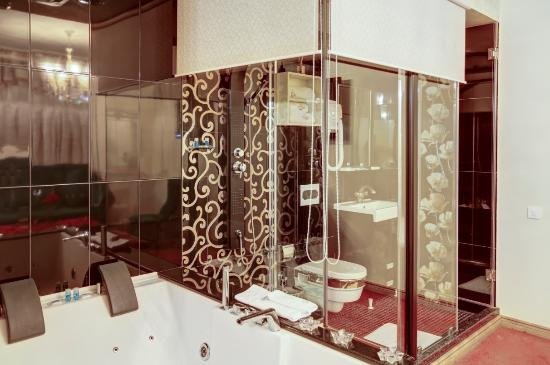 Golden Hotel: VIP Room Bathroom