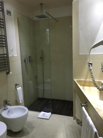 Le Camere dei Conti: Very modern and clean bathroom