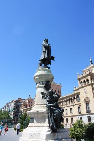 Monumento a Zorrilla: В Вальядолиде не любят отдельные скульптуры, а - скульптурные группы.