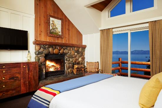 Sunnyside Restaurant and Lodge: Lakefront king with fireplace