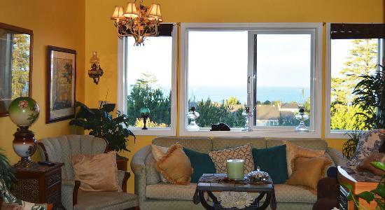 Seal Rock, OR: Living Room of AJ's Bed-n-Breakfast. Picture by PXL Media Studios